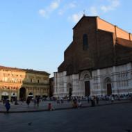La cathédrale dans la Piazza Maggiore