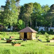 Au milieu du camping, le jardin et la cabine à livres.