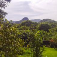 Vue des montagnes environnantes. Ici se distingue la colline de l'Ascension avec sa forme en pyramide.