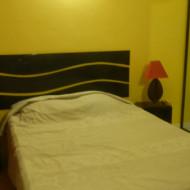 La chambre avec un mobilier moderne