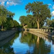 Vue typique le long du canal.