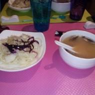 Petite entrée : soupe + salade de choux : délicieuse