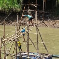 Pont de bambou en construction