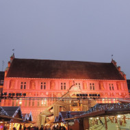 L'hôtel de ville illuminé avec le marché de noël