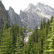 Vue sur les montagnes autour du Lake Louise et sur les neiges éternelles