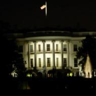 Maison blanche côté face de nuit.