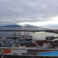 Vue de la chambre, le port à l'avant-plan, et le volcan Pico sur l'île d'en face.