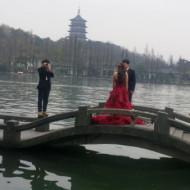 Des mariés au bord du lac de l'Ouest