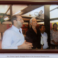 Christine Lagarde lors de sa visite dans les ateliers des artisans d'Angkor