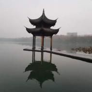 Le célèbre pavillon sous le brouillard.