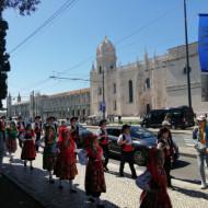 Vue du monastère et personnes en tenue typique