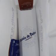 Pasteis dans leur emballage des sachets de sucre et de cannelle