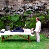 Dans le jardin ou dans son cabinet, Stéphane reçoit sur rendez-vous les hôtes ou visiteurs pour des soins énergétiques et massages relaxants. Il propose également une promenade dans la nature pour découvrir son village à travers des peintures rupestres et curiosités de la montagne.