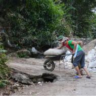 Deux jeunes villageois en plein effort mais cloués sur place. Le photographe septuagénaire allait les aider à gravir le raidillon.