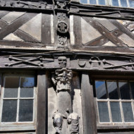 détails d'un des bâtiments de l'âtre.