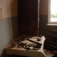 Une cellule et les outils de torture