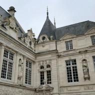 Détails de la façade dans la cour intérieure de l'Hôtel de ville de La Rochelle