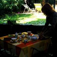 Françoise est en train de préparer la table du petit déjeuner : gargantuesque ! coup de chance, la pluie s'est arrêtée.