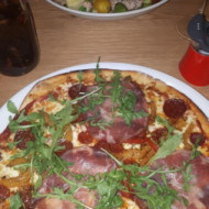 Pizza romantiqua et salade du pêcheur