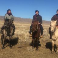 A cheval à travers la steppe pour aller rassembler le bétail.