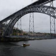 Le pont inférieur, proche du fleuve, permet une traversée piétonnière.