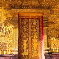 Une porte d'entrée magnifiquement ouvragée d'un des temples de Luang Prabang