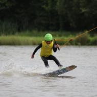 Apprentissage facile du wakeboard dés 8 ans sur le téléski nautique de Buhel