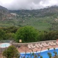 côté piscine, vue sur le village blanc de Grazalema