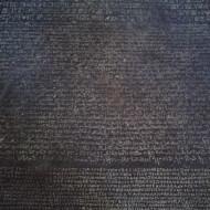 La pierre de Rosette, découverte par Champollion
