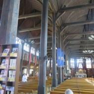 Les deux nefs de l'église  Sainte Catherine et les poutres maîtresses.