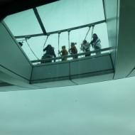 personnes se promenant sur l'anneau extérieur de la tour à plus de 300m de haut