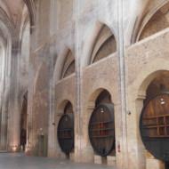 Les grands fûts de chêne dans la nef.