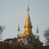 un stupa qu'on voit de toute la ville