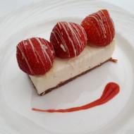 Cheesecake au chocolat blanc et fraises, coulis de fraises