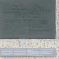 Plaque commémorative apposée par la RDA à la mémoire de Ernst Thälmann, leader communiste, assassiné à Buchenwald par les nazis.