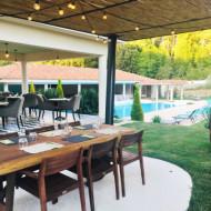 Terrasse avec vue sur la piscine et les aiguilles de Bavella