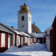 Vue sur l'église depuis une ruelle de Gammelstad.
