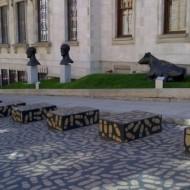 Sculptures sur l'allée longeant le musée.