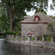 Poste traite des fourrures à l'embouchure du canal.